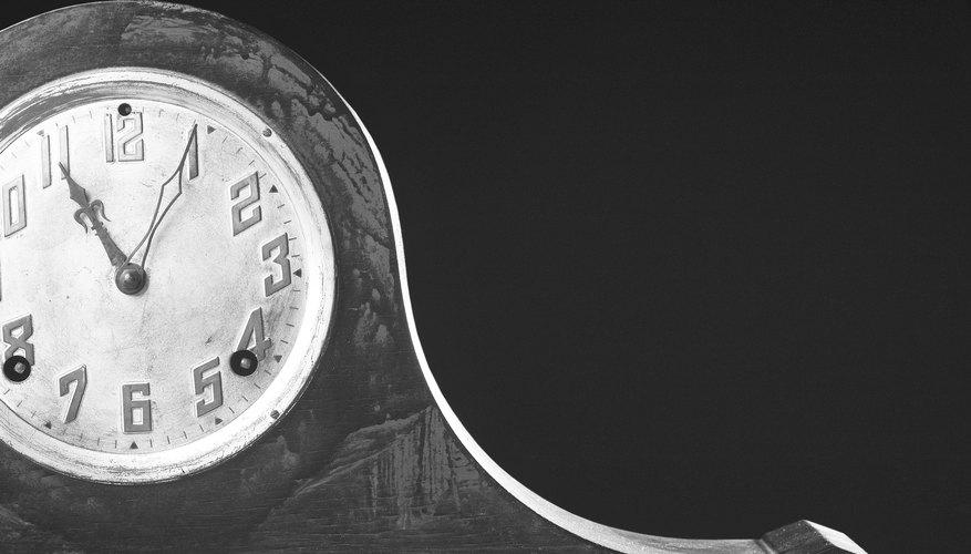 Los relojes de estante de chimenea negros son relojes de madera de ébano-como la pintura de esmalte.