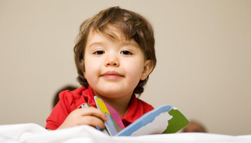 A los niños pequeños les encantan los libros de cartón.