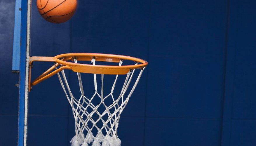 Los chicos pueden usar una pelota de baloncesto durante este interesante experimento.