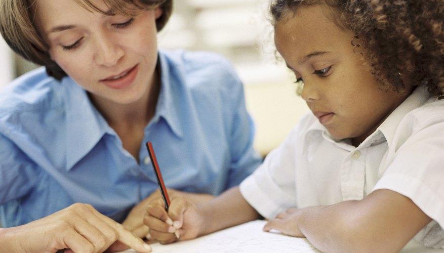 Los niños son más entusiastas para escribir letras y palabras.