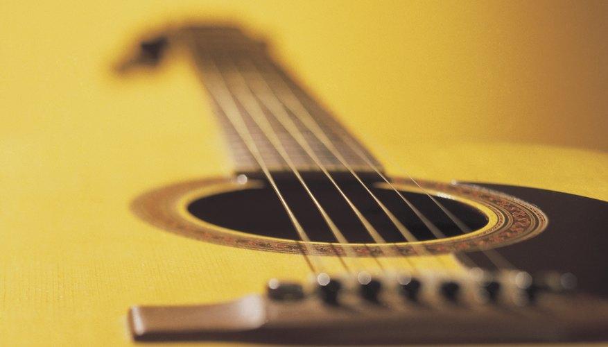 Los puentes de la guitarra acústica producen la entonación.