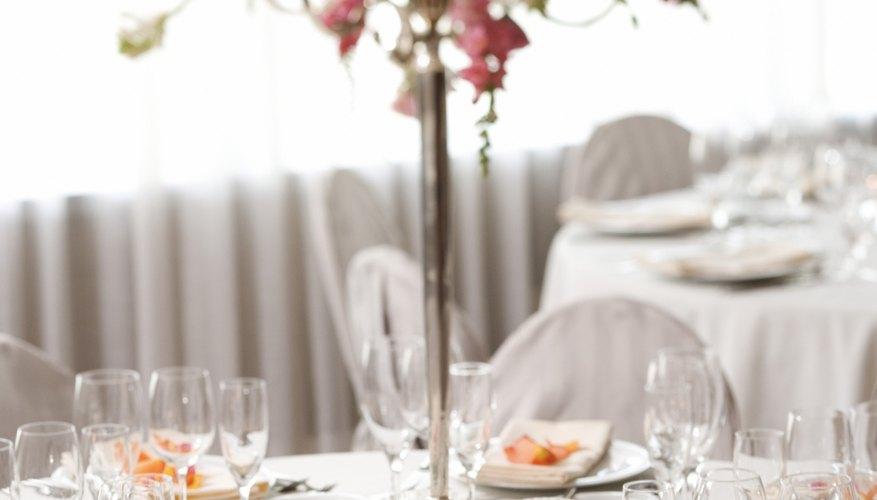 Los centros de mesa florales altos añaden un toque de elegancia a las cenas exclusivas.