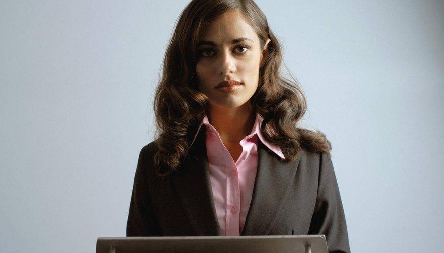 Una mujer de negocios de pie en el podio
