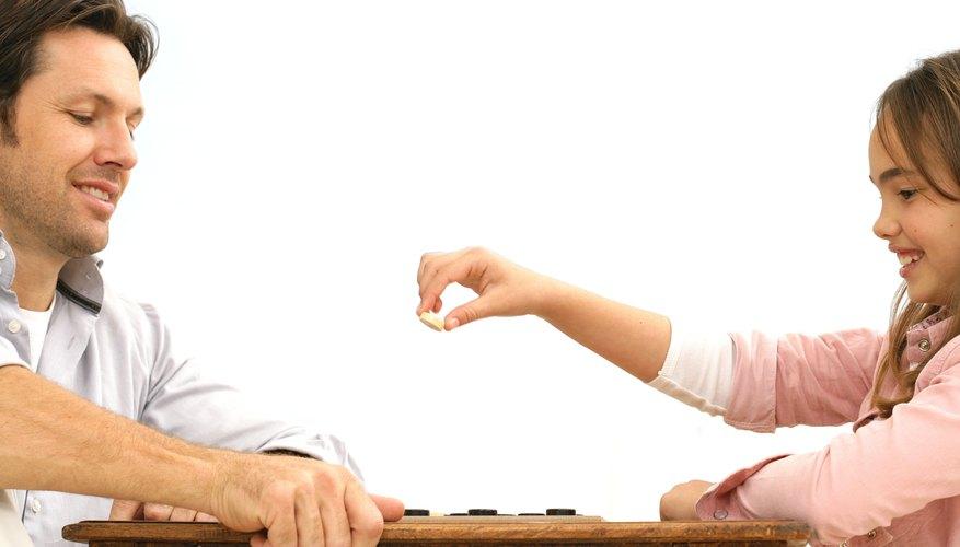 Los juegos de mesa son una gran manera para que los padres se involucren en la enseñanza de matemáticas de sus hijos.