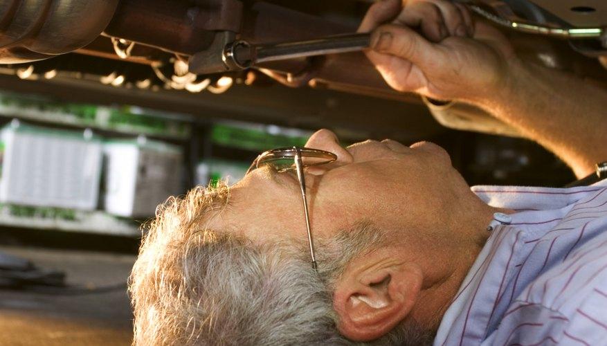 Recuerda tomar las medidas de precaución necesarias cuando repares un auto.