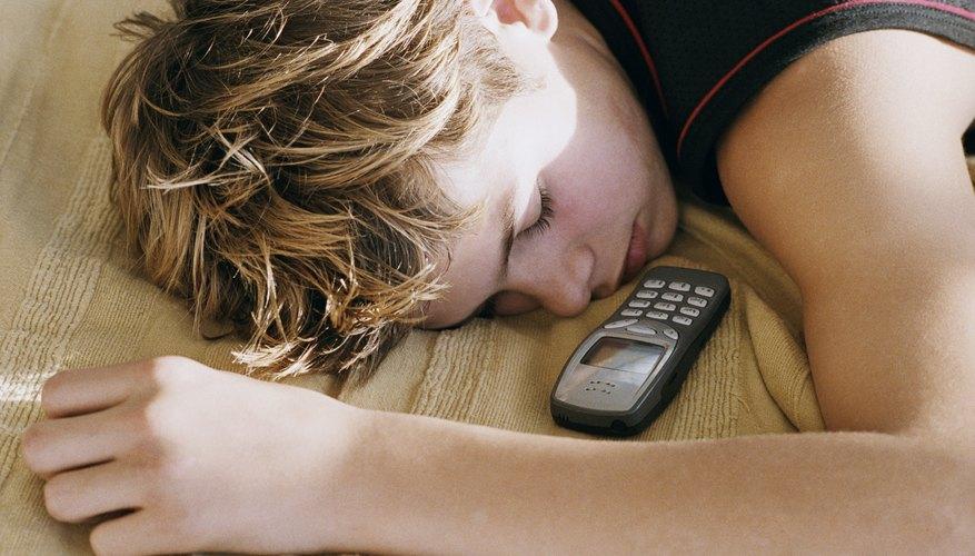 Apagar los aparatos electrónicos antes de dormir puede ayudar a los adolescentes a conseguir más sueño.