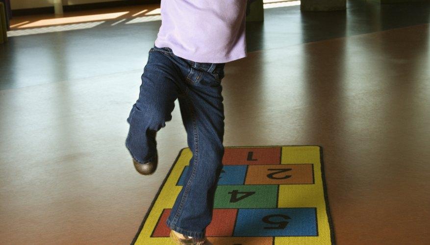 La rayuela es un juego que ayuda a los estudiantes a reconocer los números.