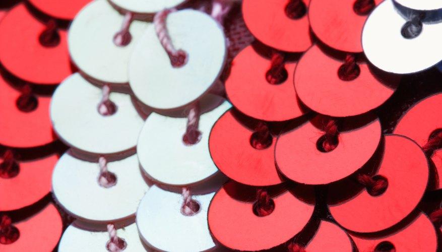 Las lentejuelas se pueden comprar hiladas o sueltas en una bolsa.