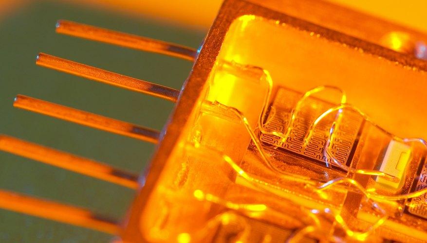 ¿Cuál es la función del emisor en el transistor?