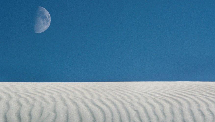 La luna es más visible en los días con un cielo claro y sin nubes.