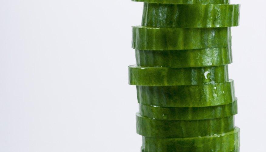 Los pepinos se pueden cortar en diferentes formas para presentaciones de fiesta.