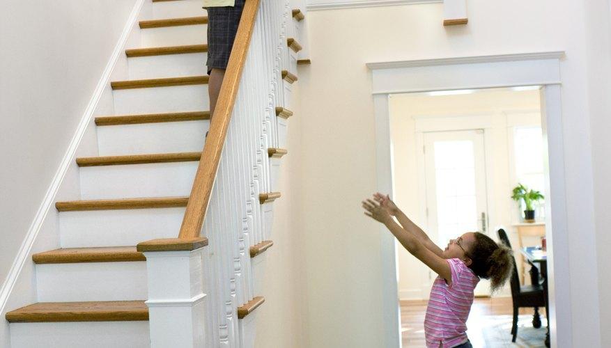 Una escalera en forma de L cambia las direcciones de la estructura de la escalera.