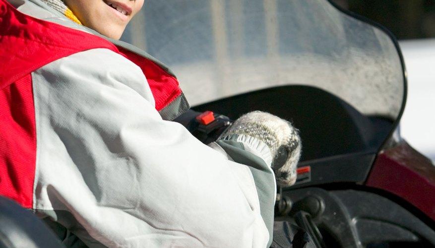 Los niños deben conducir motos de nieve de un tamaño adecuado a la fuerza de su cuerpo.