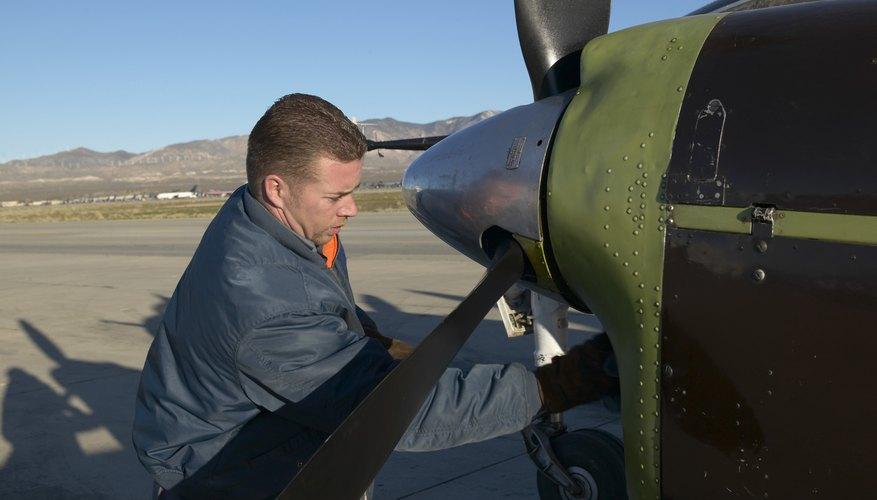 Los mecánicos de helicópteros son clasificados con los mecánicos de aviones por el BLS.