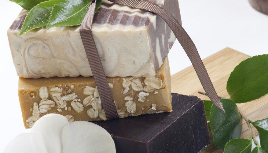 Utiliza el material de jabones viejos o usados para hacer jabones nuevos.