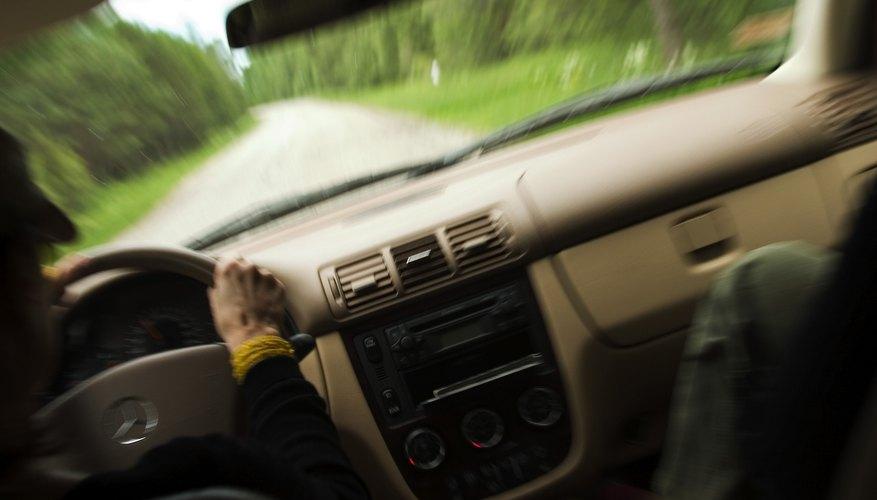 Puedes intentar algunas técnicas para desbloquear el volante de un coche.