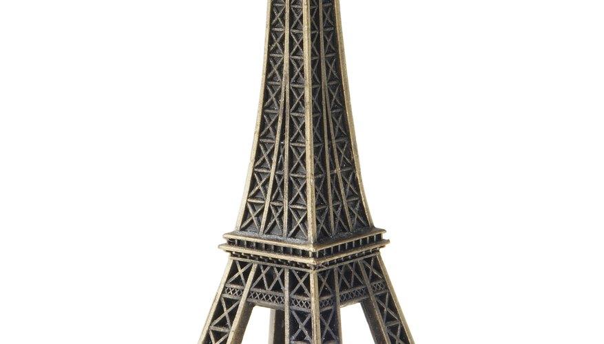 Una gran manera de añadir iluminación romántica a una habitación e incorporar un centro de mesa de la Torre Eiffel.