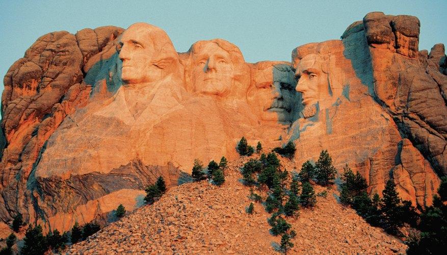El Monte Rushmore es un ejemplo de escultura en relieve.