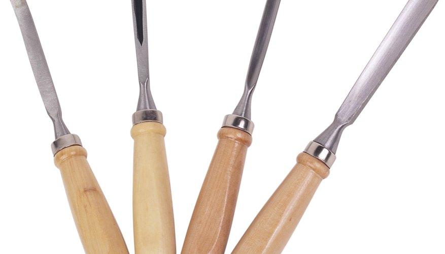 Utiliza un mazo y un cincel para cortar la madera.