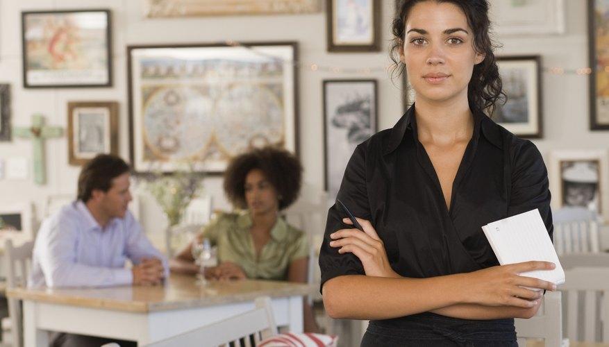 Una camarera que lleve a cabo de forma adecuada sus responsabilidades laborales otorga un servicio al cliente consistente.