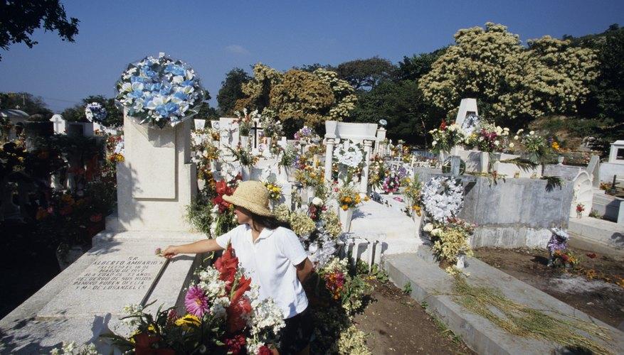 Permite que tus hijos ayuden a decorar la tumba del padre fallecido.