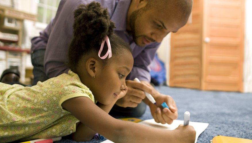 Ofrece una alabanza que sea específica y se centre en los esfuerzos de un niño.