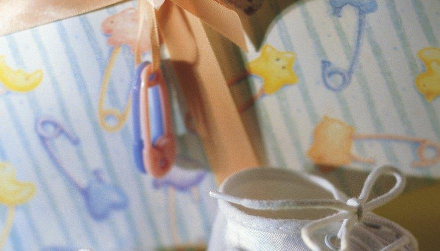 Crea un programa de baby shower hecho en casa para que sea un regalo de recuerdo.