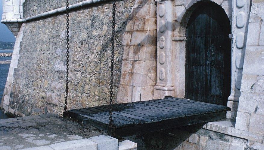 Los castillos normandos y de Plantagenet fueron los primeros en tener puentes levadizos.