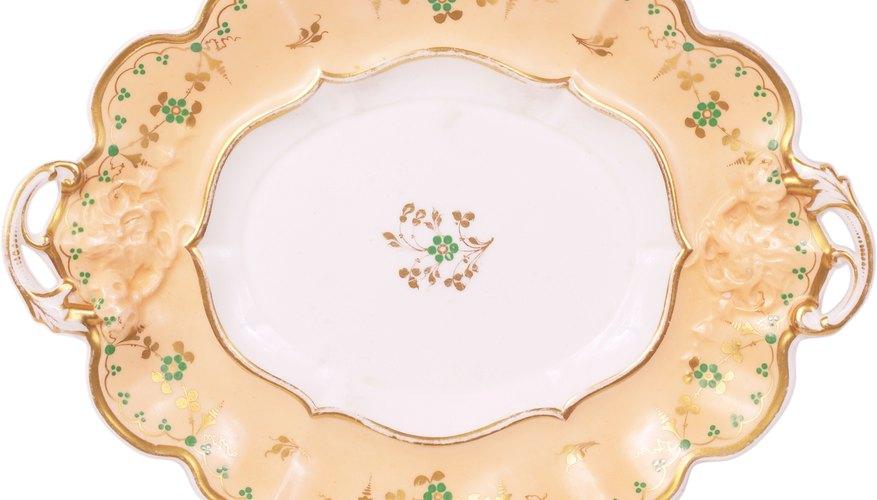 La porcelana Sevres fue popular por sus colores brillantes y sus trabajos dorados.