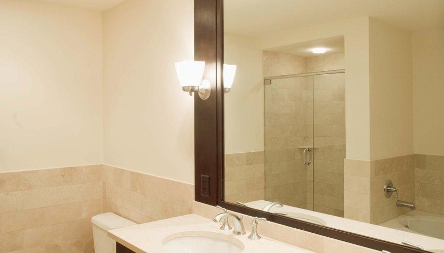 Aplica pequeñas cantidades de pintura sobre un espejo para evitar que corra hacía abajo.