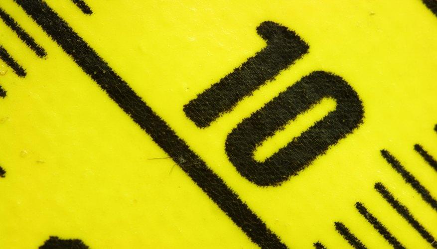 Ata el hilo alrededor del centro de la vara, donde dice 18 pulgadas (45 centímetros).