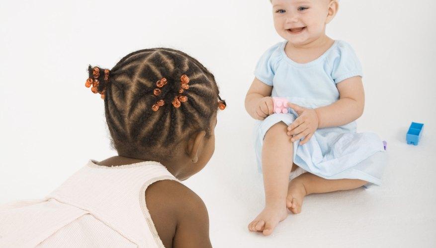 El juego en desorden con otros niños es la manera perfecta de introducir a tu pequeño a los colores, texturas, expresión creativa y nuevos amigos