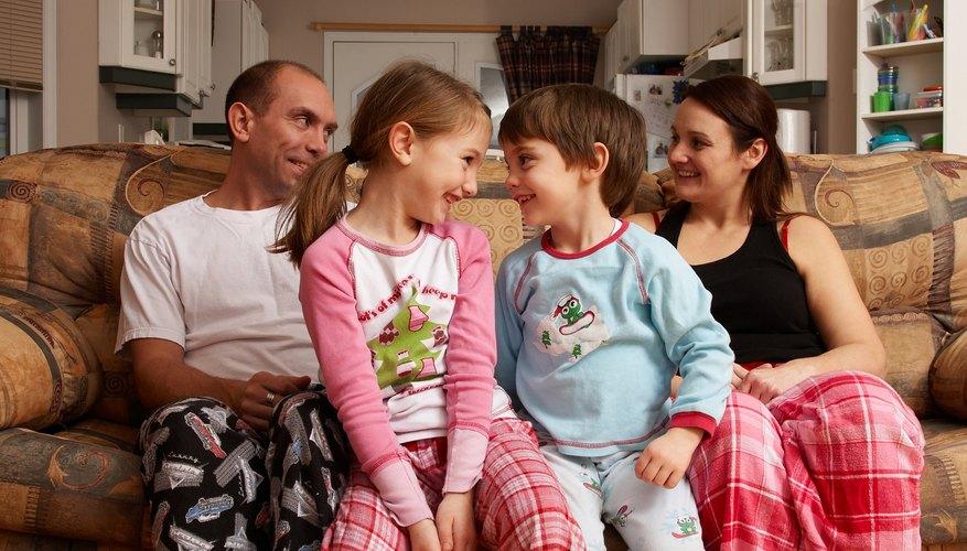 Hacer que todos se pongan las pijamas al mismo tiempo puede ayudar a evitar las dificultades.