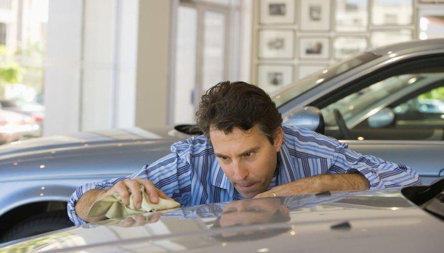 Aplicar cera a la pintura del auto, previene futuras manchas de agua.