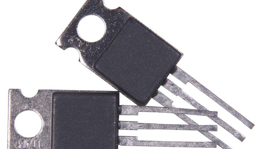 Los transistores se encuentran prácticamente en todos los aparatos electrónicos de uso diario: radios, televisores, reproductores de audio y video, relojes de cuarzo, computadoras, lámparas fluorescentes, tomógrafos, teléfonos celulares, entre otros.