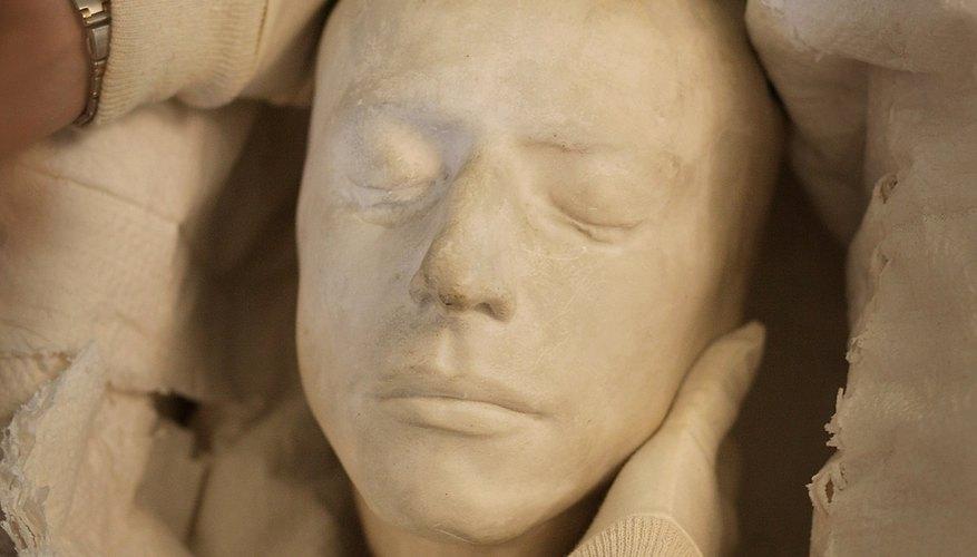 John Keats, cuya muerte máscara se muestra aquí, escribió cinco famosas odas.