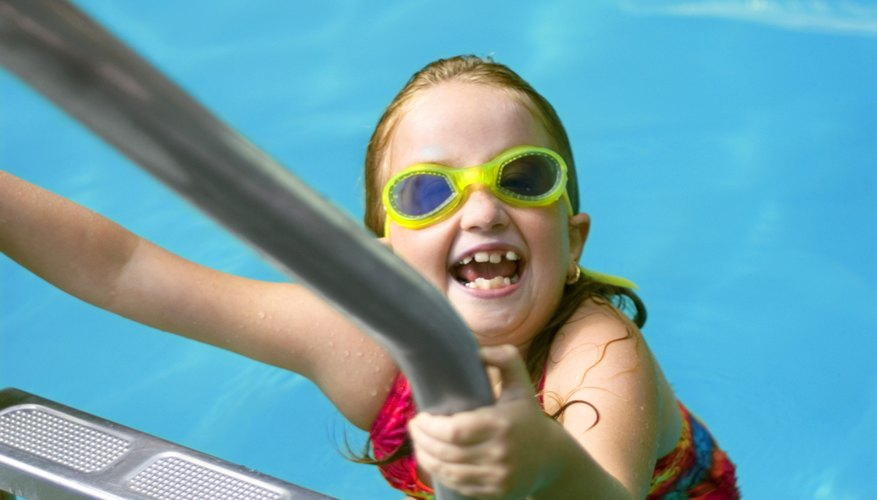 Practica habilidades de seguridad en el agua con tu hijo preescolar.