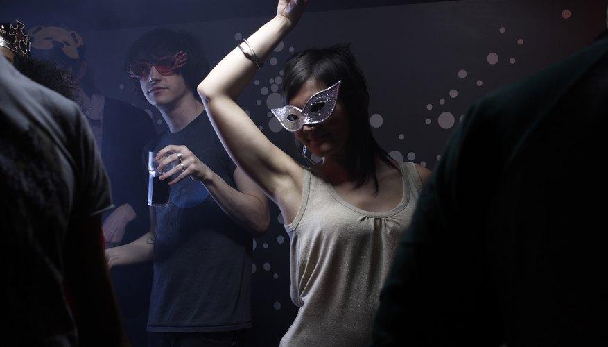 Baile de máscaras en un rave.