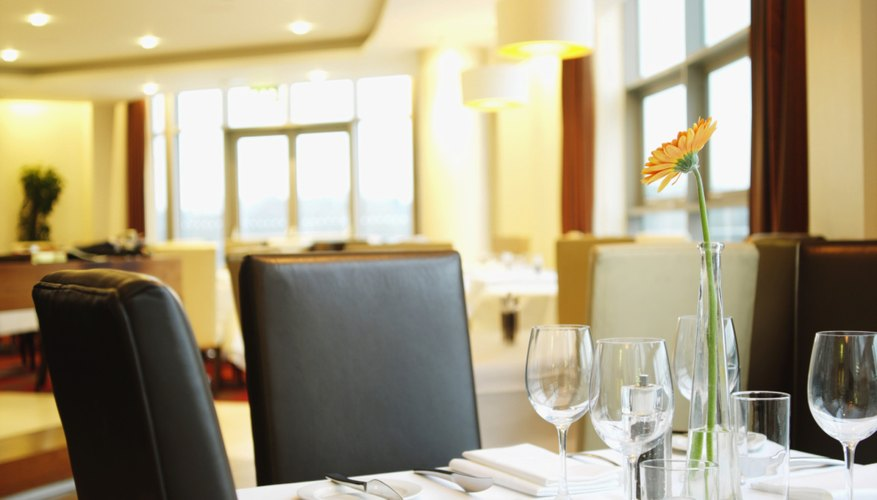Un restaurante de servicio completo es uno con un personal completo de atención que toma órdenes de los clientes en sus mesas, llenan los vasos de agua y en general atienden las necesidades de los comensales.