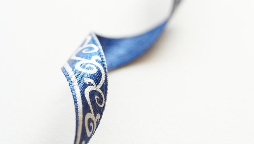 Haz un rizo suelto con el listón de tela para adornar un regalo especial.