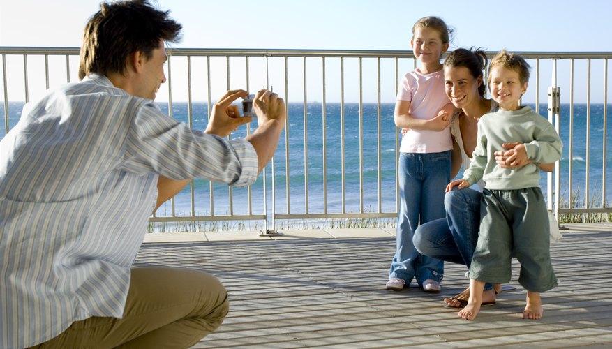 Guarda tus fotografías preferidas en un libro de fotos casero.
