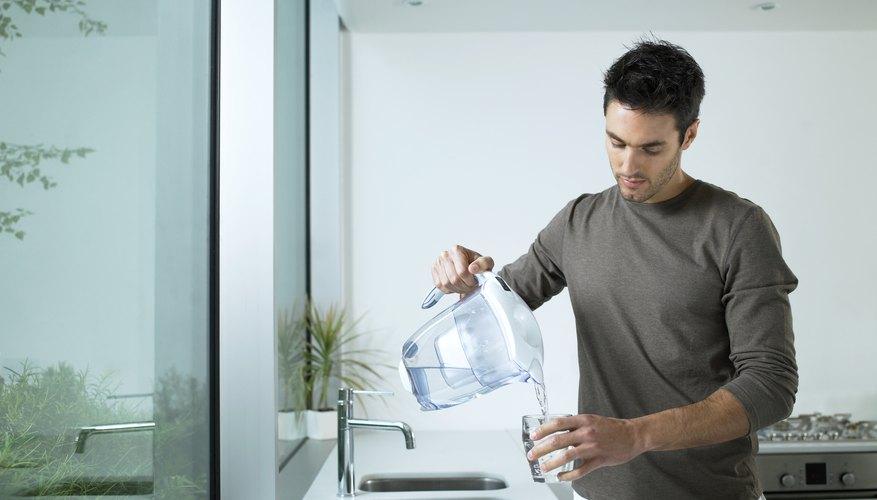 Muchos filtros de agua domésticos incluyen carbón activado y efectivamente eliminan el cloro.