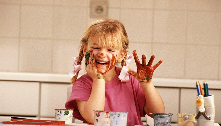 Incluye a los niños para que hagan sus propias pinturas.