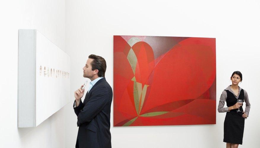 El espacio de la galería está diseñado para mostrar la sofisticación de las obras.