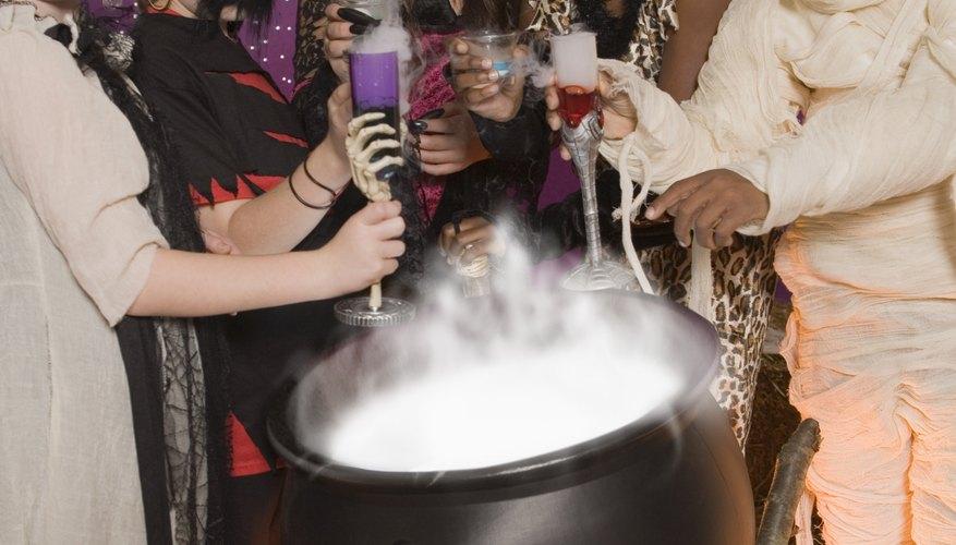 Dale un poco de vida a la fiesta de Halloween de tu hijo con algunos juegos y actividades asquerosas.