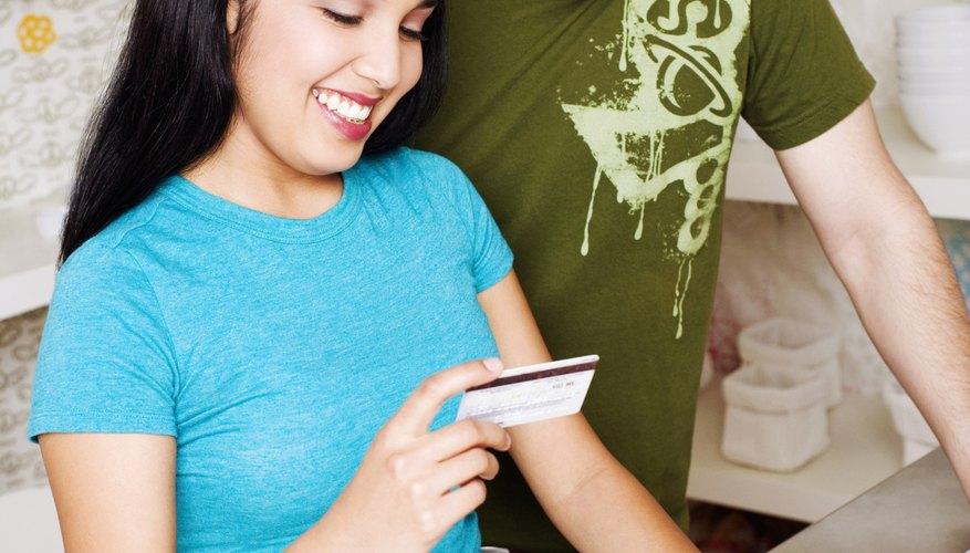 Las tendencias de comercialización al detalle permiten a muchos comerciantes vender sus productos via Internet.