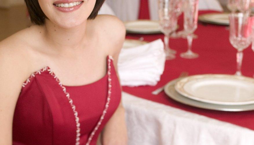 Elige un vestido que te sea favorecedor y elegante para asistir a una fiesta de cumpleaños formal.