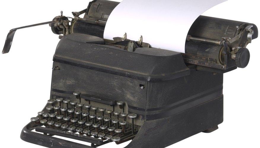 El papel carbón se utiliza para realizar copias de escritos y documentos en una máquina de escribir.