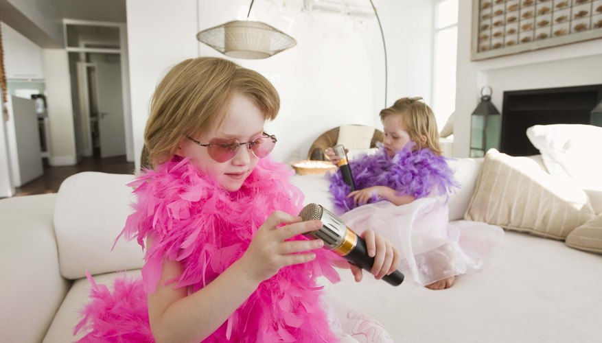 Organiza competencias, espectáculos y desfiles en la sala de estar para despertar talentos creativos.