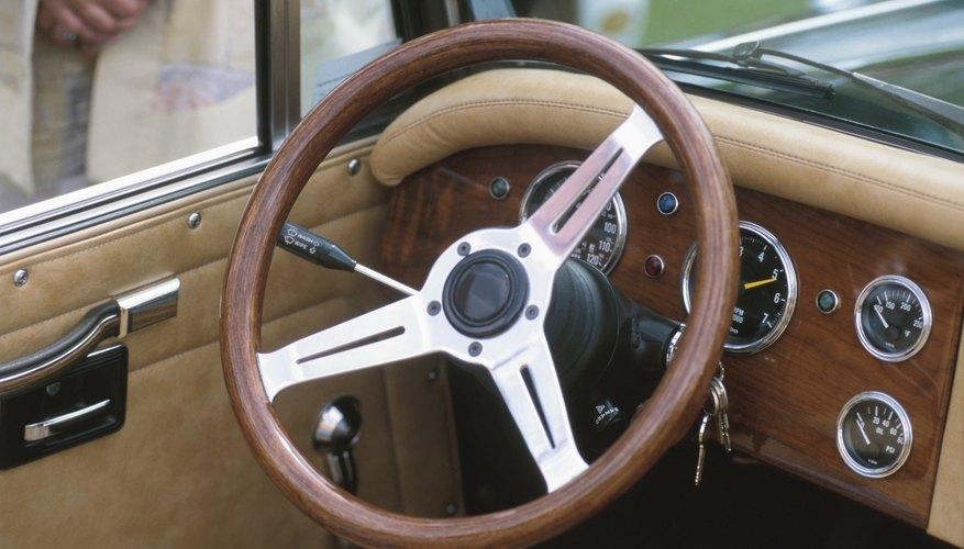 El sistema de piñón y cremallera es útil en máquinas en las que el mecanismo de dirección es perpendicular a las ruedas, como en los autos.